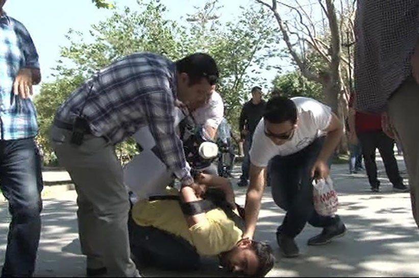 Ziarist batut şi jignit de catre un politist la protestele de aniversare din Gezi Park.