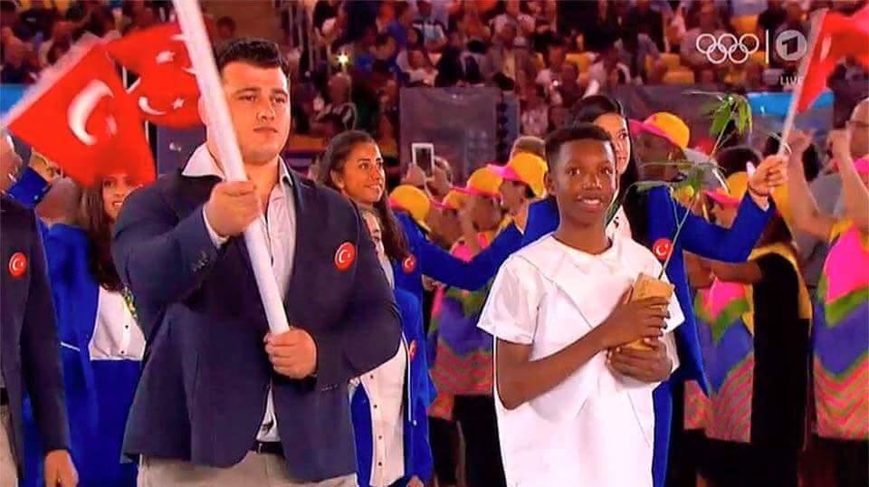 Drapelul turc purtat de un wrestler pedepsit pentru rasism